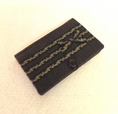 """Porte chéquier """"Bankine"""" noir et gris avec ruban noir à fleurs violettes"""