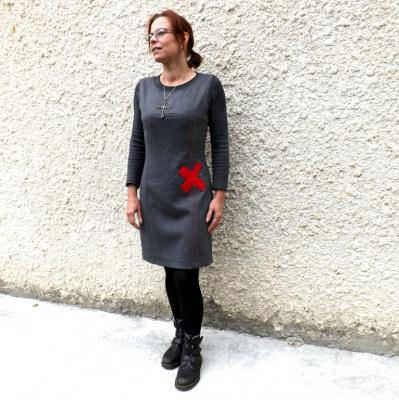 """Robe chasuble """"Chazz"""" grise avec X rouge"""