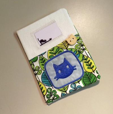 """Housse de carnet de santé pour chat """"Nono"""" blanc à feuilles vertes"""