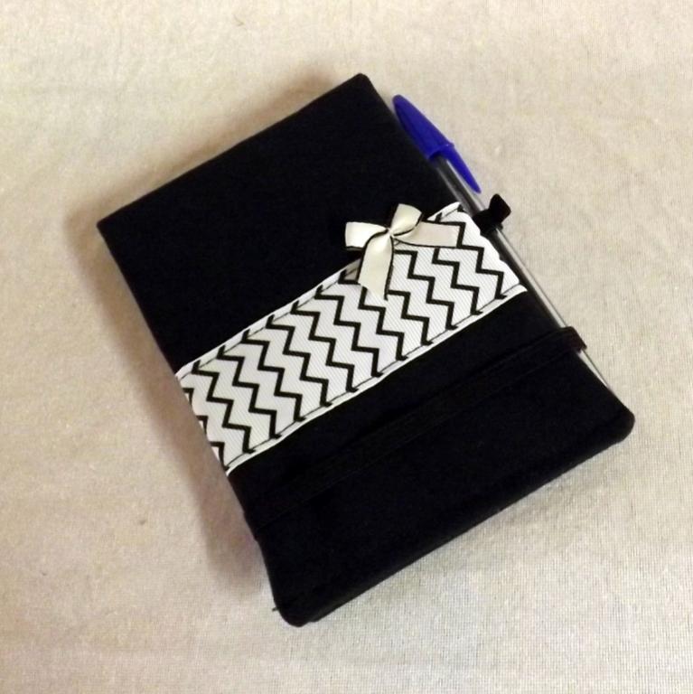 """Housse de carnet A6 """"Handy"""" noire à zigzags"""
