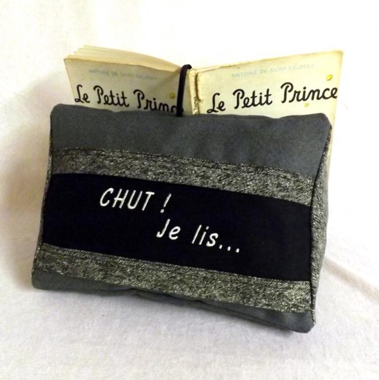 """Coussin de lecture porte livre """" Tigly """" gris """"CHUT ! Je lis..."""""""