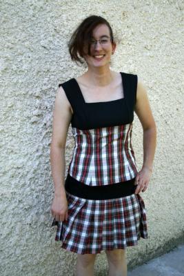 """Top """"Hokilt"""" noir, écossais blanc et rouge"""