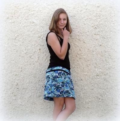 """Robe rétro """"Kiny"""" noire à fleurs bleues"""