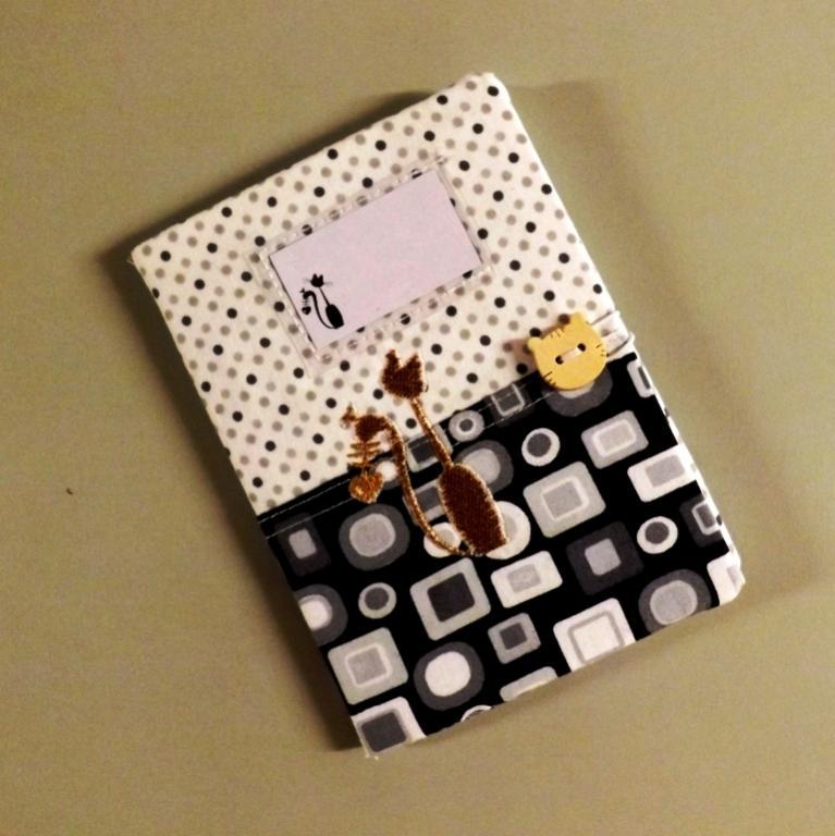 """Housse de carnet de santé pour chat """"Nono"""" à carrés et pois"""