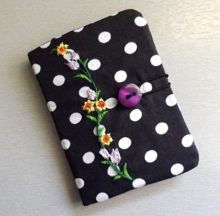 """Porte cartes """"Tébo"""" noir à pois et fleurs."""