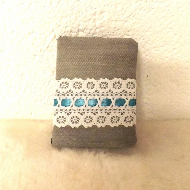 """Porte cartes """"Tébo"""" jeans gris, dentelle et ruban bleu"""