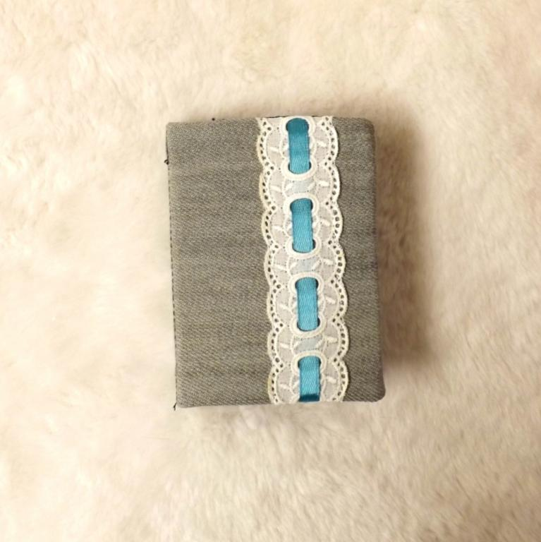"""Porte cartes """"Tébo"""" jeans gris et dentelle anglaise"""