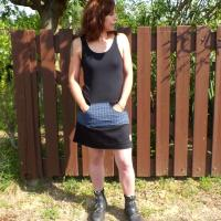 Robe courte Citady noire à poches rayées bleues
