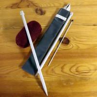 Etui pour aiguilles à tricoter gris foncé à pois bleus