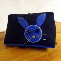 """Coussin de lecture porte livre """" Tigly """" à lapin bleu"""